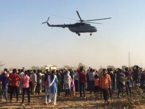 När helikoptern flög iväg stod många och vinkade till sin premiärminister. På det här sättet blir Modi absolut inte välkomnad över hela Indien, Foto Therese Boje Mortensen