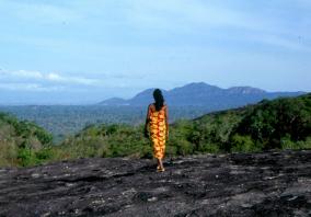 Silawatti watches the mountain of the ancestor spirits Una Kirigala. Foto Wiveca Stegeborn