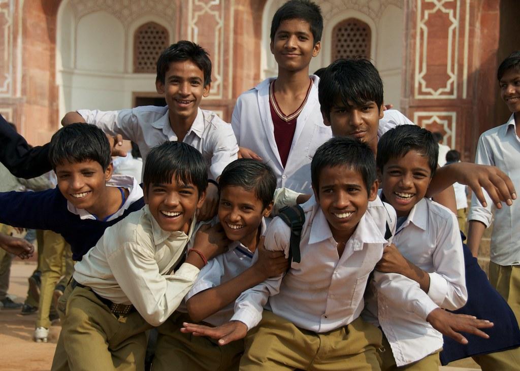 Child Labour Act förbjuder barn under 14 år att arbeta, NGO:er bevakar att denna lag efterföljs. På bilden: indiska skolbarn foto Jeff Porter, flickr