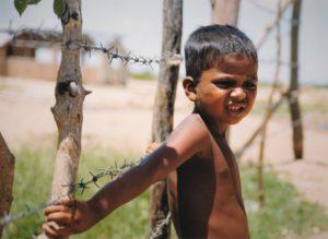 En pojke i ett flyktingläger i östra Sri Lanka 1999. Hur gick det sedan? Foto: Johan Mikaelsson