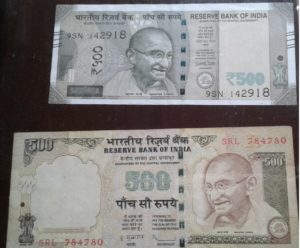 The new and old 500 rupee notes. Difference in size meant ATMs had to be recalibrated, which lead to longer queues.