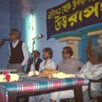 Lars Eklund fick kulturpris i Kolkata för sin insats att sprida info om indisk kultur i Sverige genom tidskriften Sydasien. Ajit Roy bjöds in av arrangörerna för att berätta om tidningen, ses på denna bild från 1989.