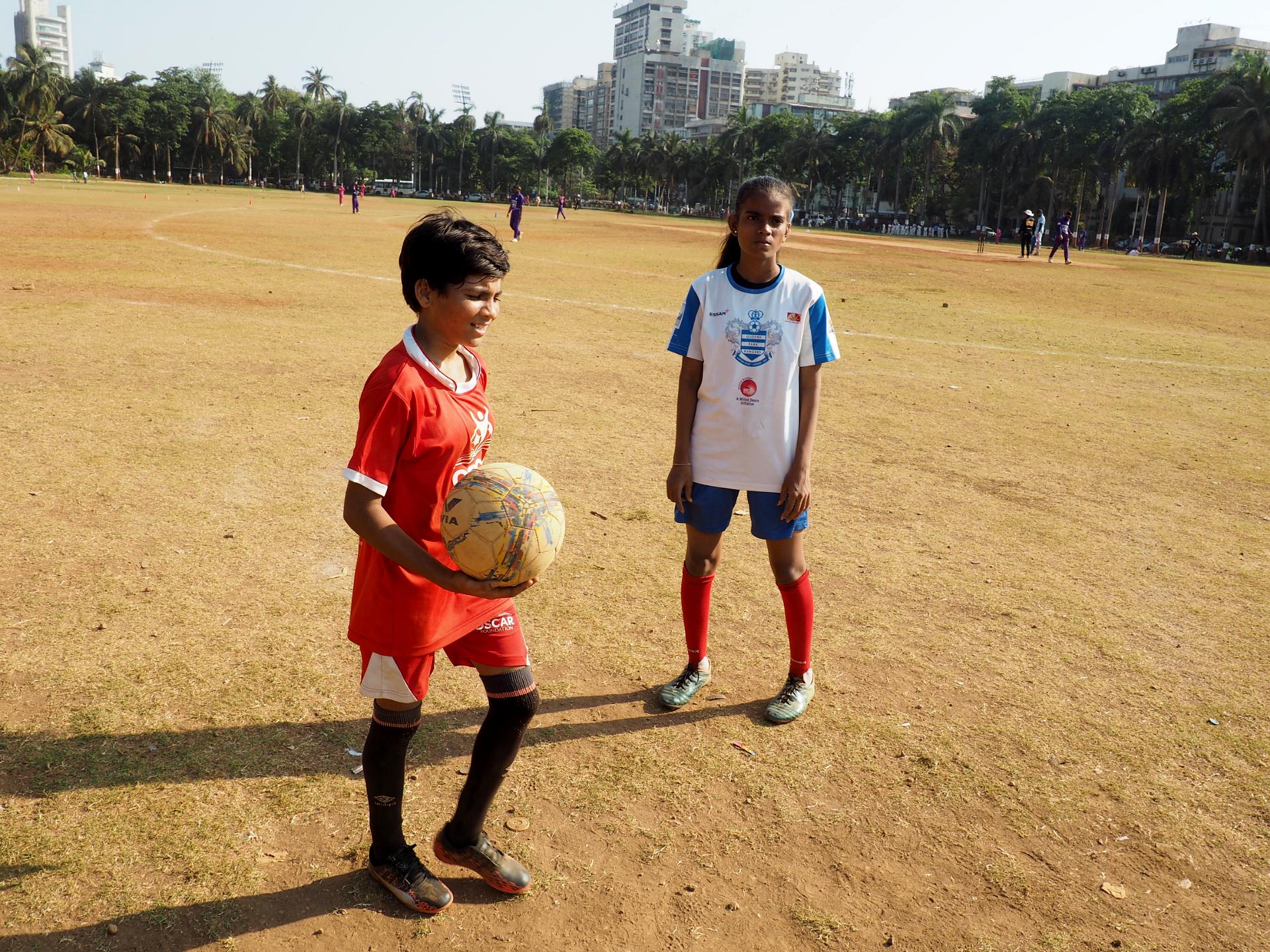 Förut brukade folk inte prata med Mamta Prajapati. Nu är de i stället nyfikna på att prata om fotboll. Foto Karl Sundström