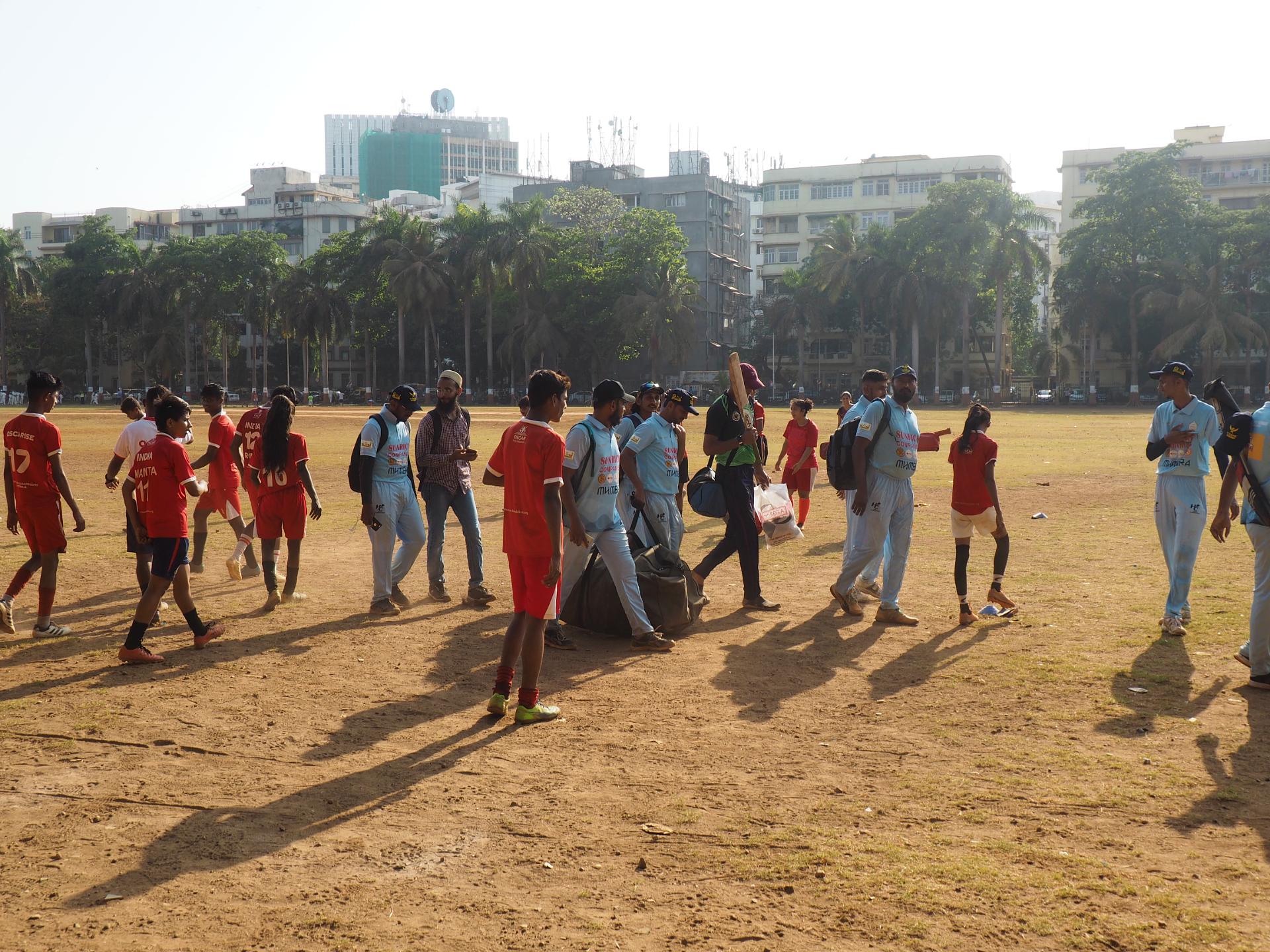 Det är ingen hemlighet att cricket totaldominerar den indiska sportscenen. På Oval Ground, där Oscar Foundation tränar, får de trängas med flera cricketspelare.Foto Karl Sundström