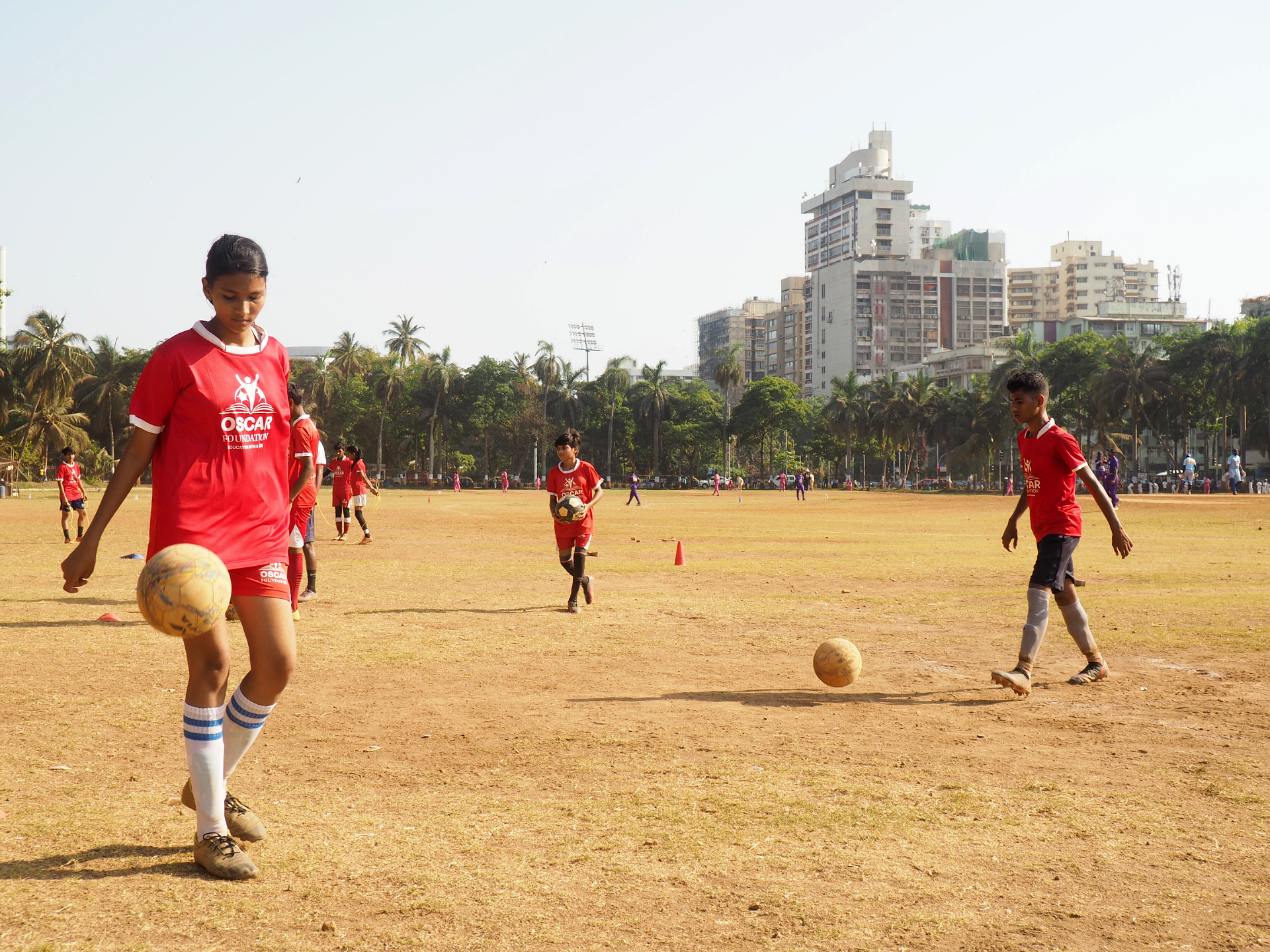När Priya Rajbhar spelade fotboll på skolgården förut brukade killarna skämta om att hon skulle hamna på akuten om hon får bollen på sig. Några år senare var hon given i skollaget.Foto Karl Sundström