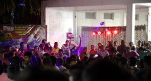 """I Hambantota var det händerna i luften på många platser. Det spelades musik, inte minst """"Gotas"""" svängiga kampanjlåt och bjöds på segermåltid. Foto: Johan Mikaelsson"""
