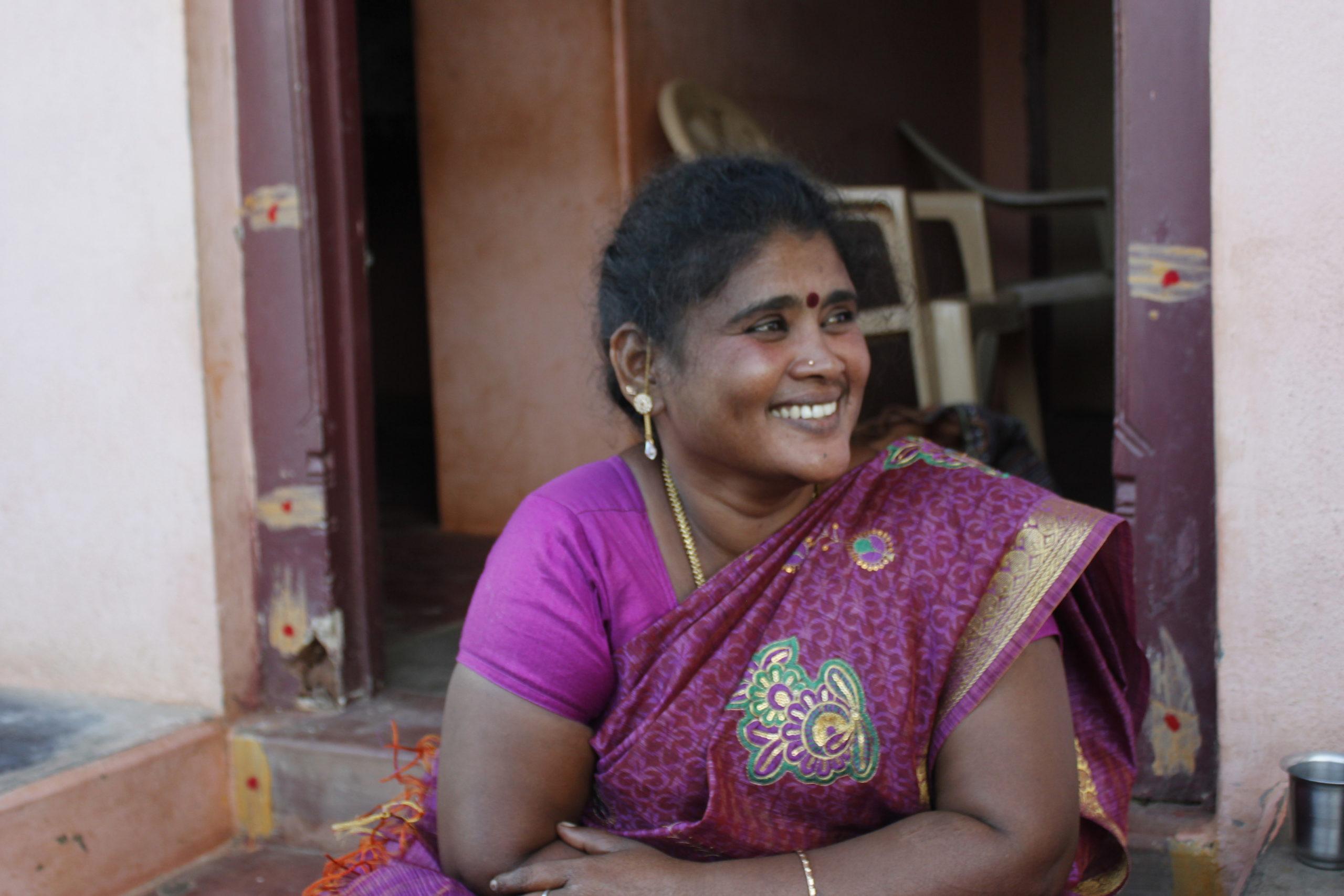 Dalitkvinnan Sornavalli utanför sitt hem i Malapatti i rosalila sari.