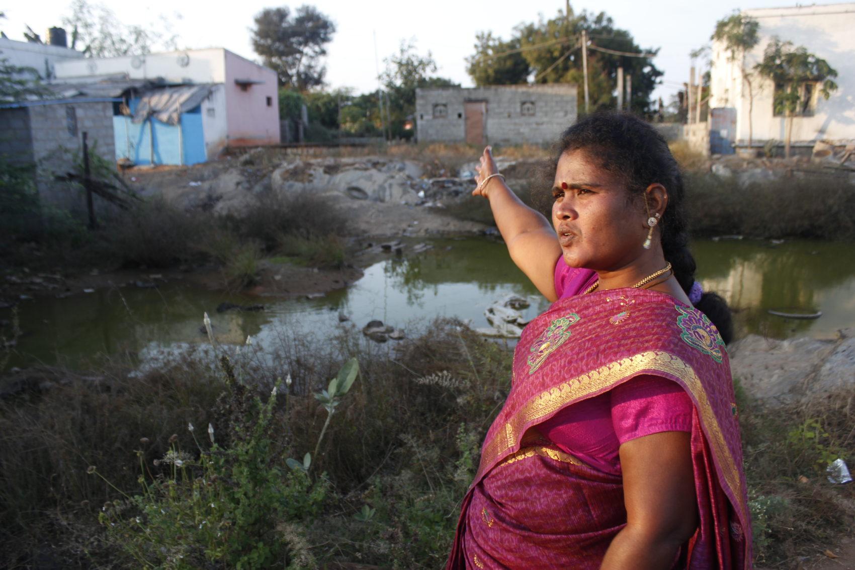 Sornavalli visar platsen där husen revs tack vare hennes arbete.