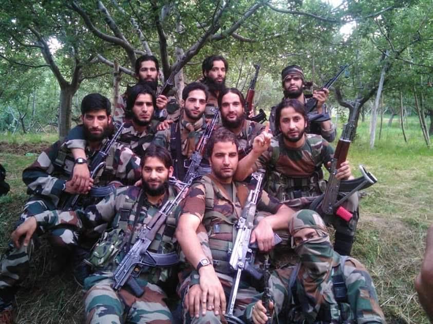 En grupp unga separatister utan mask för ansiktet i Kashmir med Burhan Wani i mitten