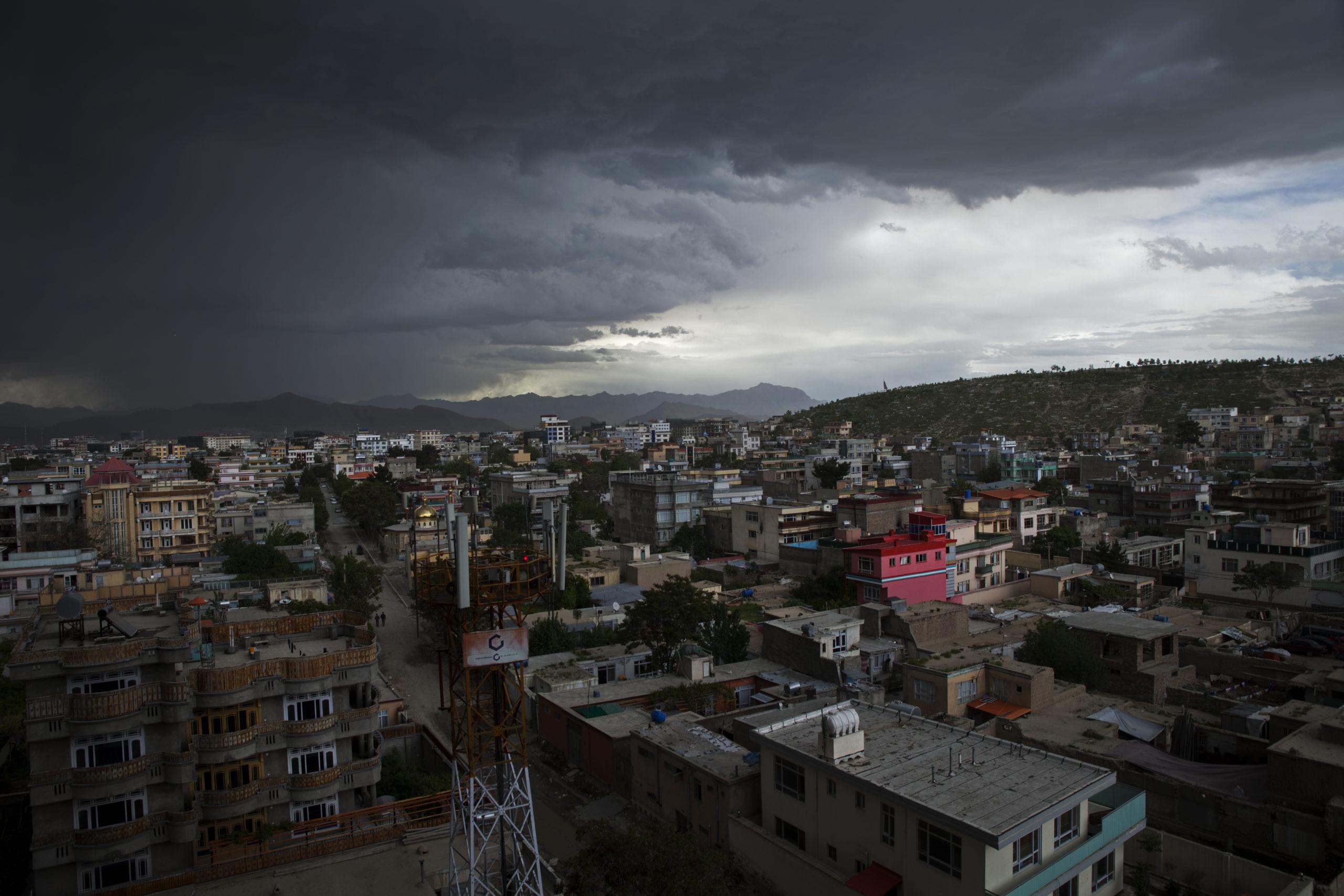 Mörka moln över Kabul, Afghanistan.