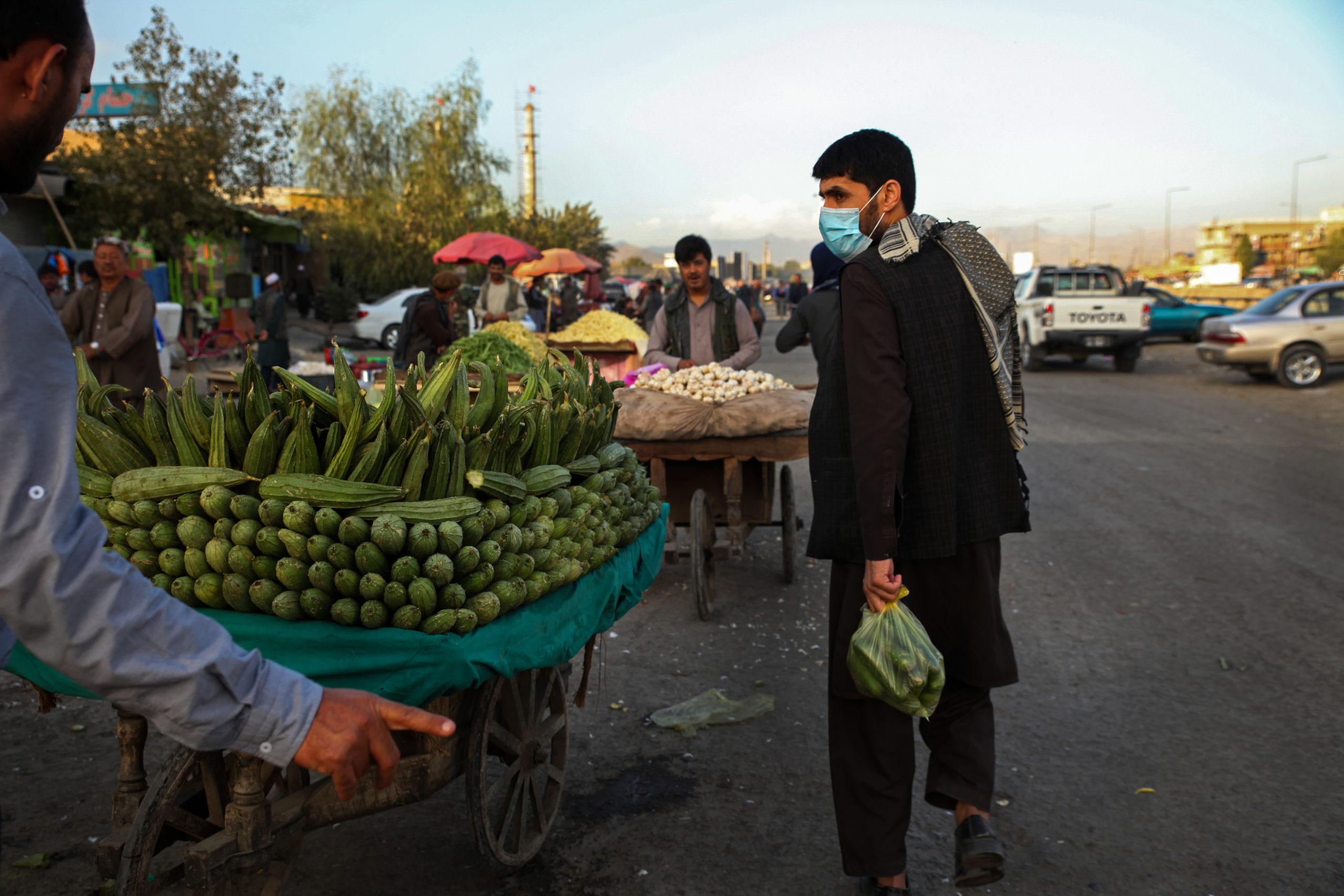 Grönsaksförsäljare i Kabul, under coronapandemin i Afghanistan.