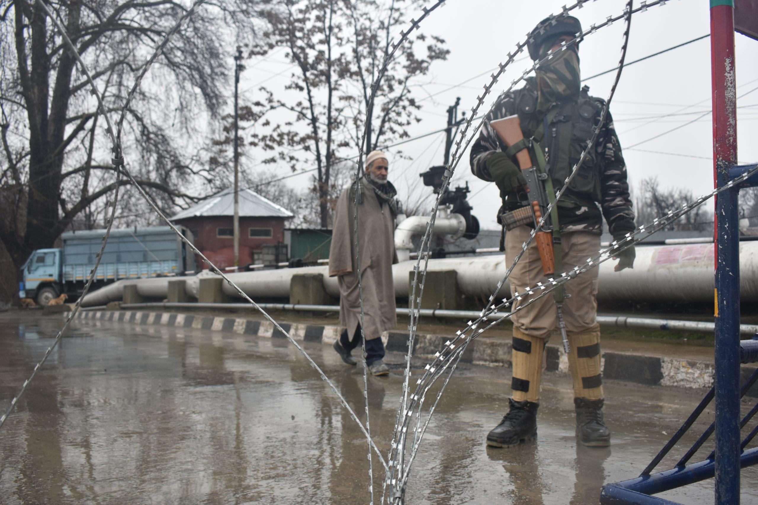 Tungt beväpnad militärpolis i Srinagar, Kashmir 2019.