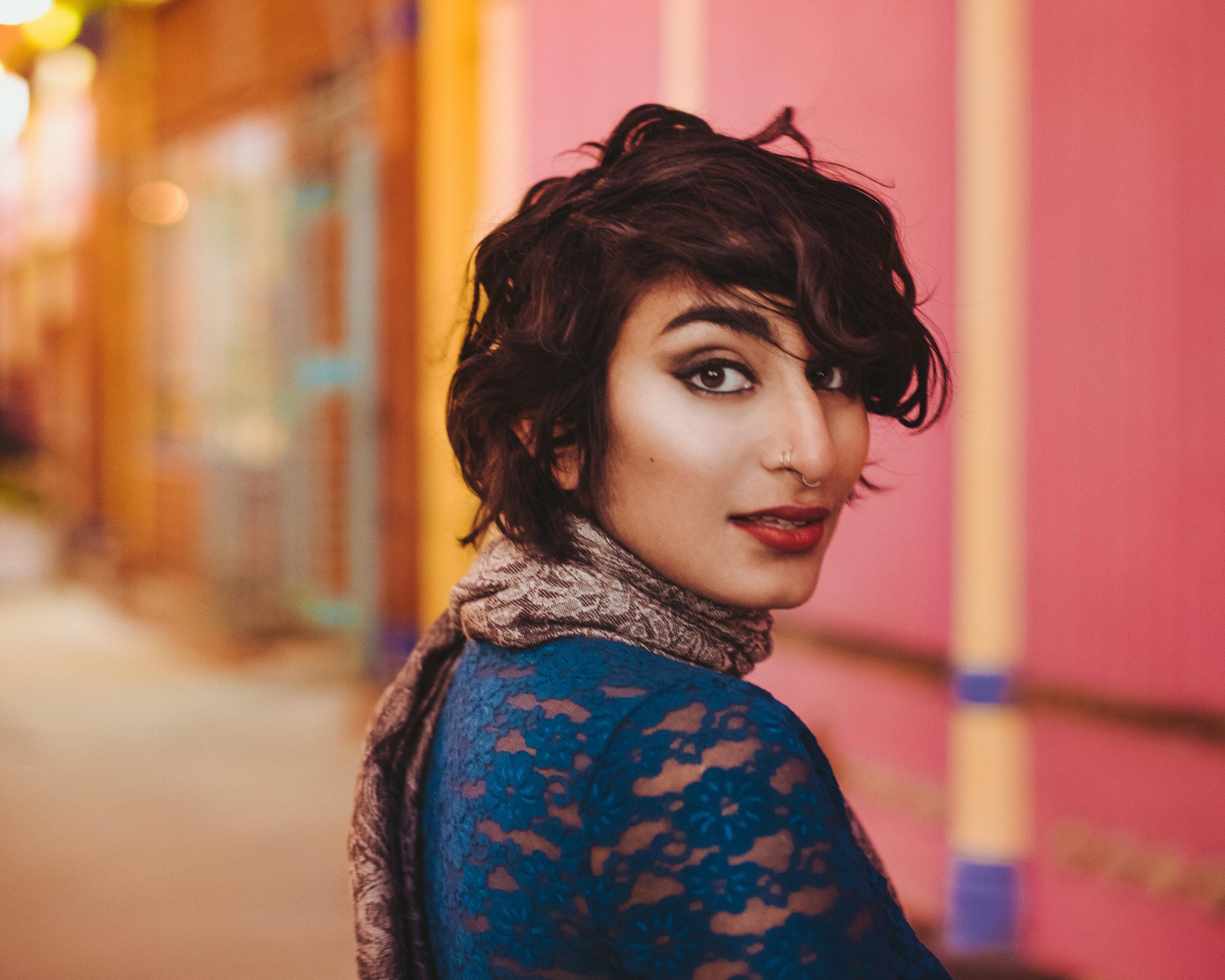 Poeten Fatimah Asghar fotograferad av Cassidy Kristiansen