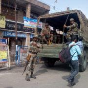 Indiska soldater på en gata i Kashmir oktober 2018